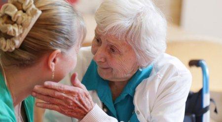 Деменция у пожилых людей. Симптомы, лечение и уход, лекарства, как проявляется, агрессия, симптомы деменции