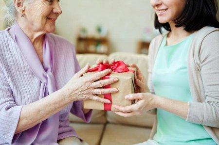 Что подарить пожилому человеку на день рождения?